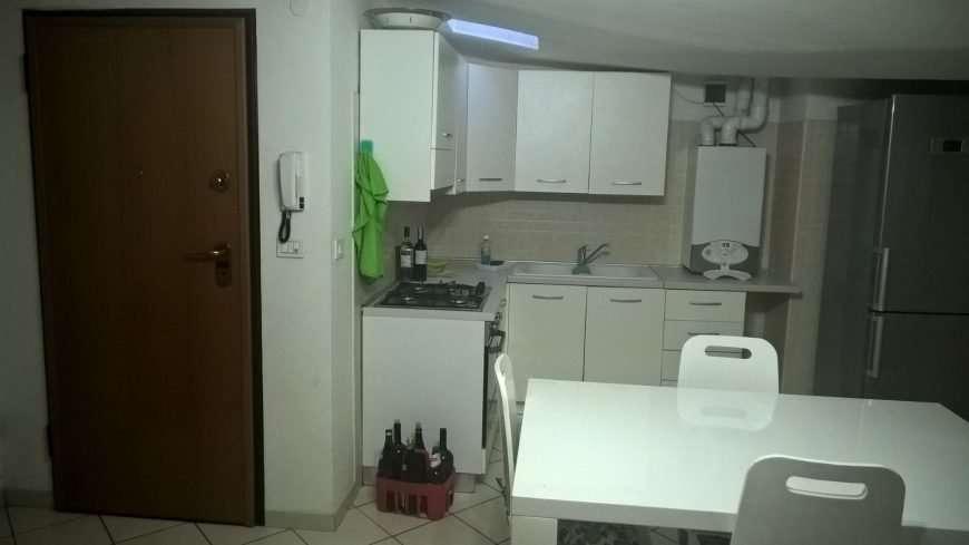 Porta-cucina-frigo-e-tavolo
